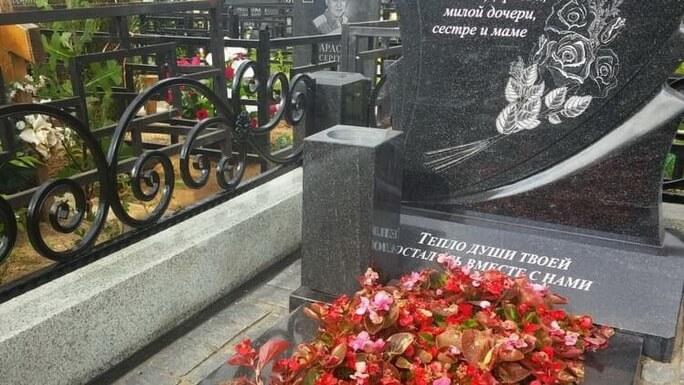 Мемориальный комплекс из двух видов гранитов Комсомольск-на-Амуре вертикальные памятники Новоалтайск